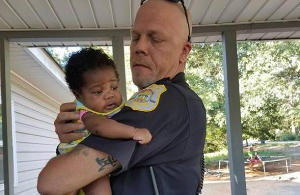 La historia detrás de la foto que cambió para siempre la vida de un policía, una bebé y un condado
