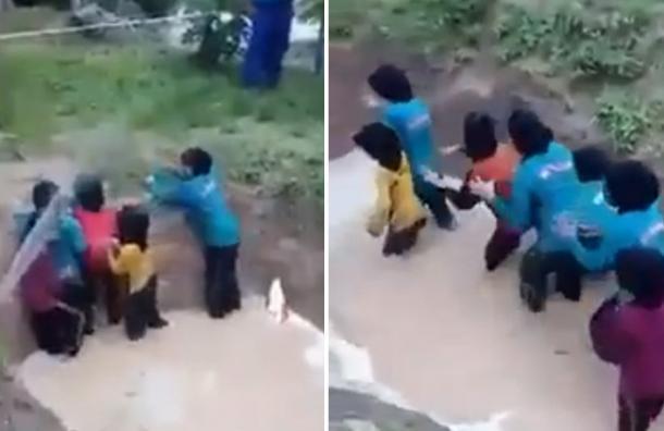 VIDEO: Obligan a escolares malasias a cruzar una zanja llena de serpientes