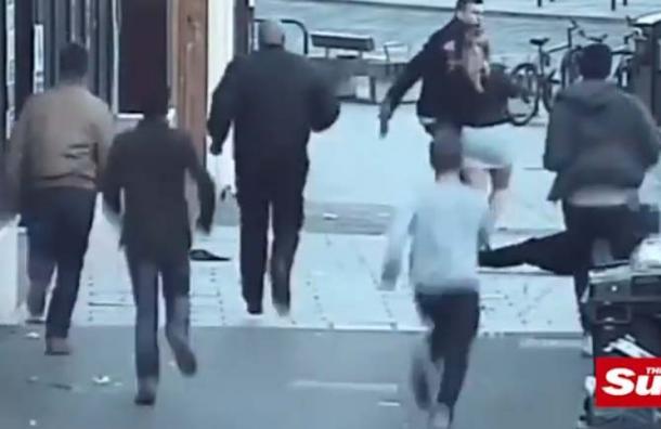 VIDEO: Hombre ataca a pareja con un palo tras escucharlos hablar en español