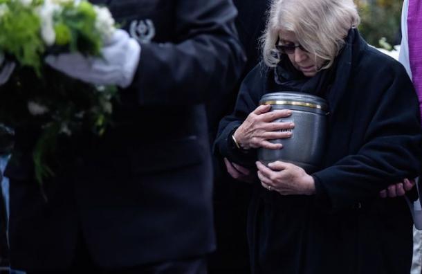 El Vaticano prohíbe dispersar o conservar en casa las cenizas de los muertos