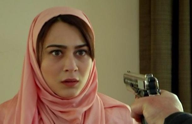 Rojhat llega dispuesto a matar a Havin pero Şehmuz lo ataca