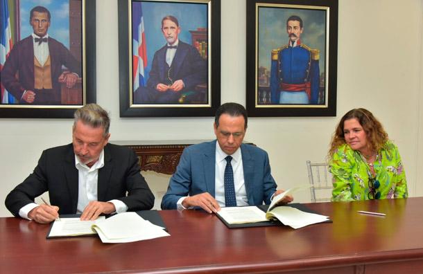 El cantante Ricardo Montaner firma acuerdo con el Ministerio de Educación